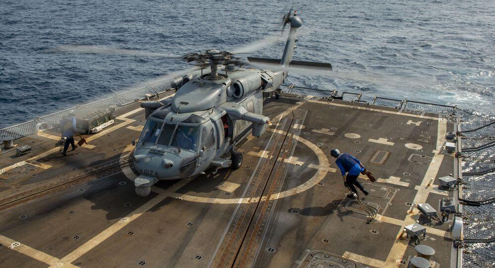 Helicóptero MH-60S Sea Hawk a bordo do destróier de mísseis USS Bainbridge (DDG 96), da classe Arleigh Burke