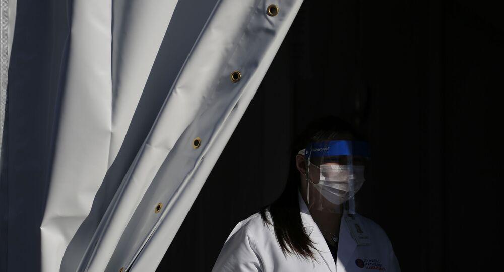 Profissional da saúde com máscara em Las Vegas, EUA