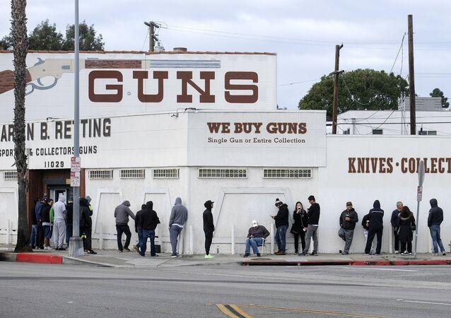 Clientes em fila diante de loja de armas na Califórnia, Estados Unidos.