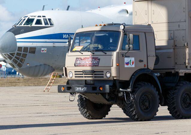 Veículo com equipamento médico para ser enviado à Itália no combate à COVID-19 durante o carregamento em um avião de transporte militar russo IL-76 MD