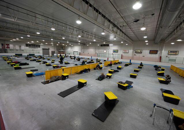 Colchonetes e caixas de plástico para os desabrigados são colocados a dois metros de distância como proteção contra a propagação da doença do coronavírus (COVID-19) na Ben Boeke Ice Arena, em Anchorage, Alasca, EUA, 21 de março de 2020