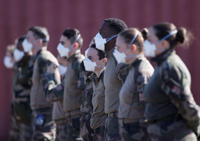 Soldados franceses usam máscaras protetoras em hospital militar próximo da cidade de Mulhouse, na França