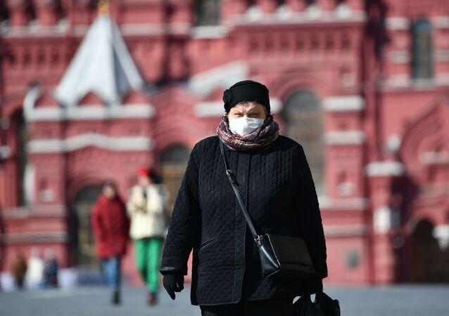 Mulher anda de máscara pela Praça Vermelha, Moscou (foto de arquivo)