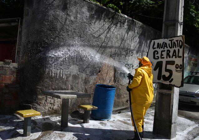 Rua de Niterói é desinfetada devido ao surto de coronavírus, 25 de março de 2020