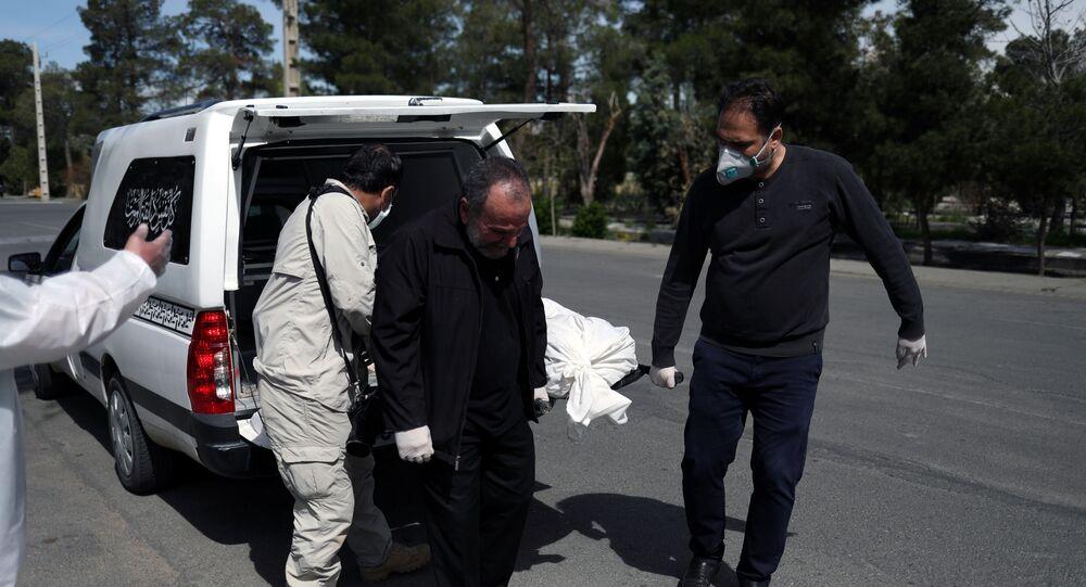 Iranianos carregam o caixão de um jornalista que foi vítima do novo coronavírus