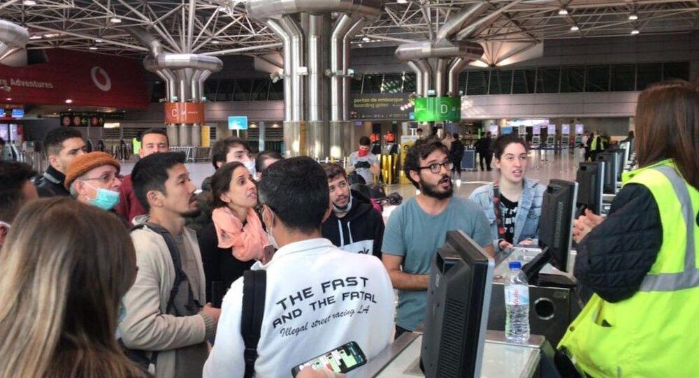 Passageiros com voo cancelado pela LATAM tentam informações no aeroporto de Lisboa (foto de arquivo)