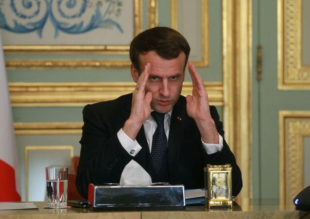 Presidente francês Emmanuel Macron gesticula durante videoconferência sobre coronavírus no Palácio do Eliseu, em Paris, França, 24 de março de 2020