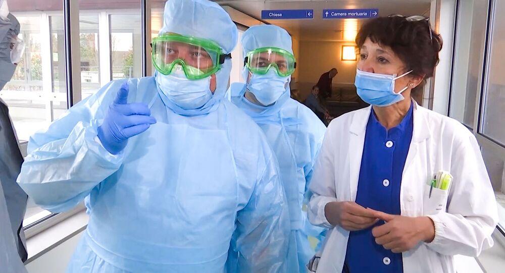 Especialistas militares russos visitam instalações hospitalares para idosos para combater o coronavírus, em Bergamo, Itália