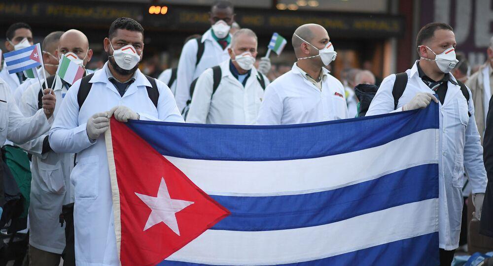 Um contingente de emergência de médicos e enfermeiros cubanos chega ao aeroporto italiano de Malpensa após viajar de Cuba para ajudar a Itália a combater a propagação do coronavírus (COVID-19), perto de Milão, Itália, 22 de março de 2020