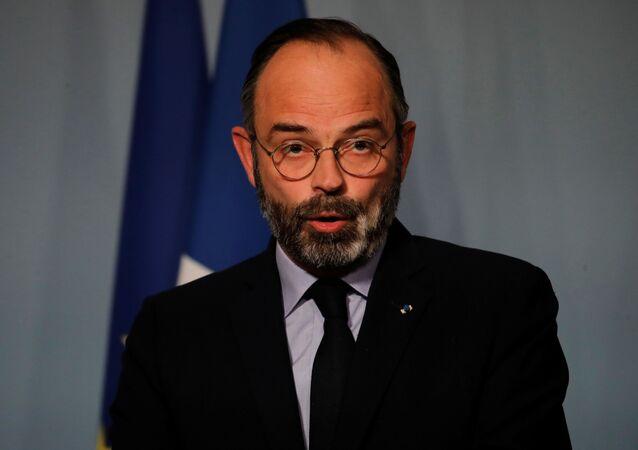 Primeiro-ministro francês Edouard Philippe fala com a imprensa em Paris