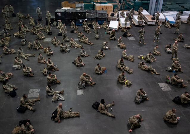 Militares do Exército dos EUA reunidos em Manhattan para combater o coronavírus, Nova York, EUA, 27 de março de 2020