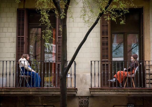 Mulheres conversam de suas varandas em Barcelona, Espanha