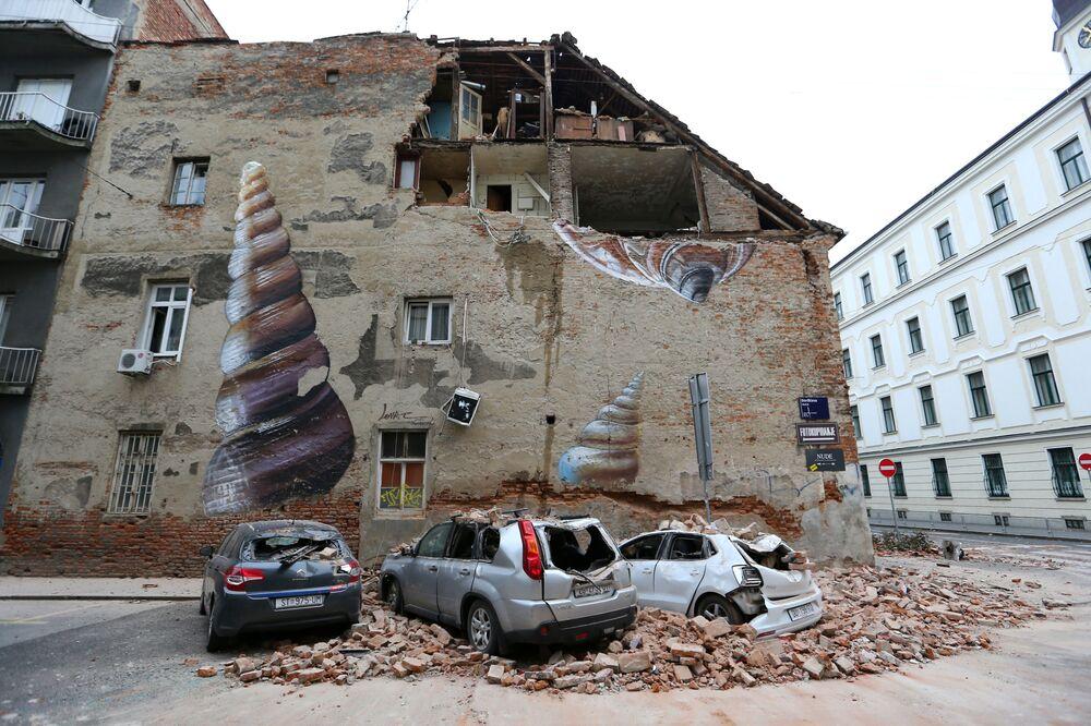 Carros danificados e edifício parcialmente destruído são vistos após terremoto em Zagreb, Croácia, 22 de março de 2020
