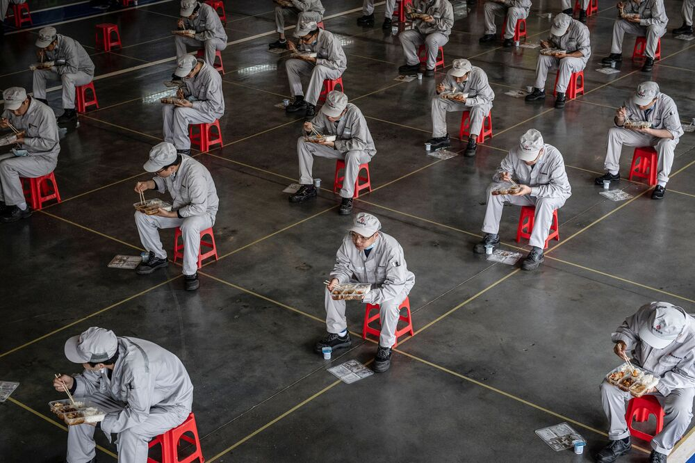 Trabalhadores durante intervalo do almoço na fábrica de carros Dongfeng Honda em Wuhan, China