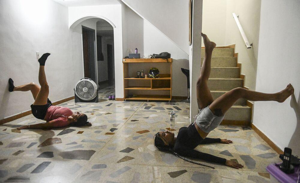 Garotas se exercitando durante quarentena em Medellín, Colômbia