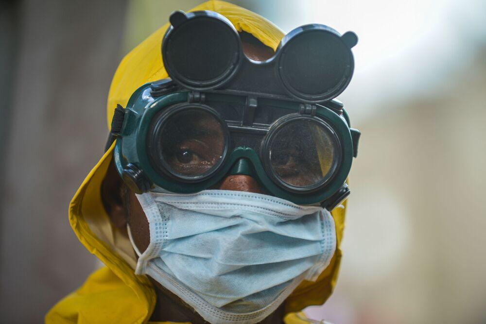 Trabalhador com máscara de proteção durante desinfecção do metrô em Adis Abeba, Etiópia, 20 de março de 2020