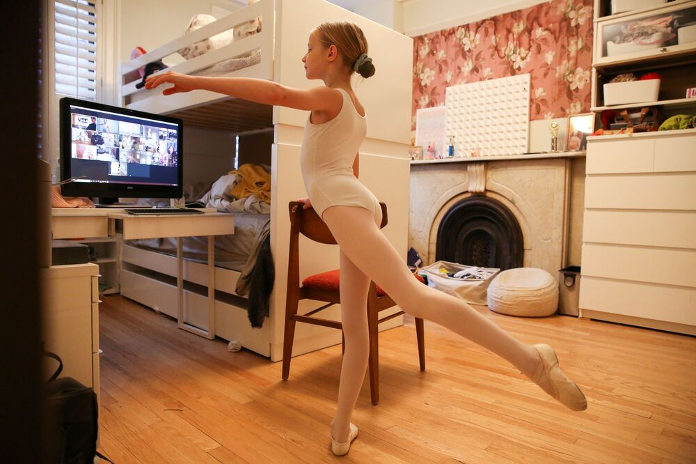 Aulas de ballet dentro de casa durante a quarentena no Brooklyn, EUA