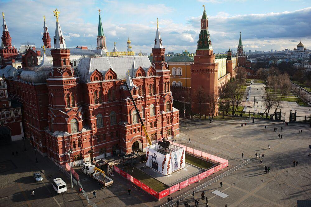 Novo monumento ao marechal soviético Zhukov instalado na praça Manezhnaya, em Moscou, Rússia