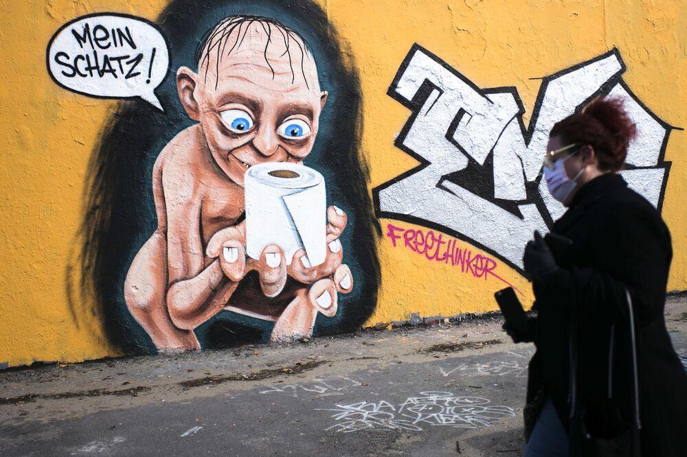 """Grafite representando o personagem fictício Gollum, do filme """"O Senhor dos Anéis, segurando um rolo de papel higiênico e dizendo Meu precioso, Berlim, Alemanha, 21 de março de 2020"""