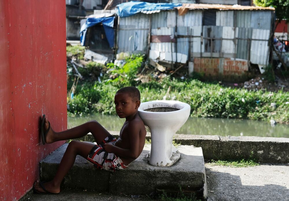 Criança é fotografada na favela Cidade de Deus durante a pandemia do coronavírus no Rio de Janeiro, Brasil, 22 de março de 2020