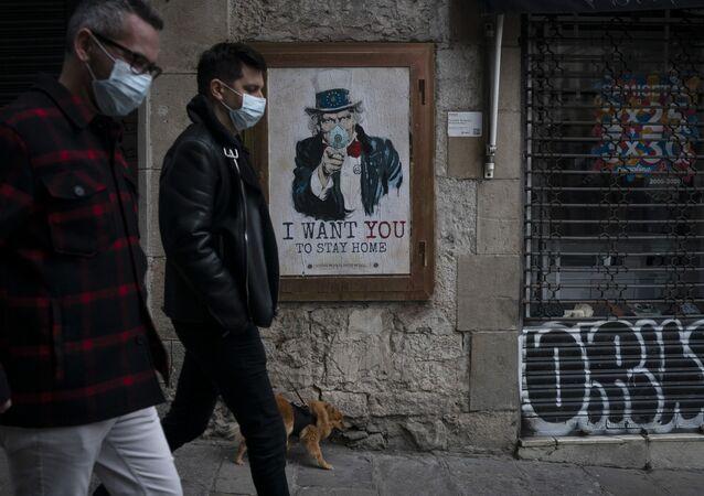 Cartaz na parede com a inscrição Eu quero que você fique em casa, do artista TvBoy, em meio a pandemia, Barcelona, Espanha, 24 de março de 2020