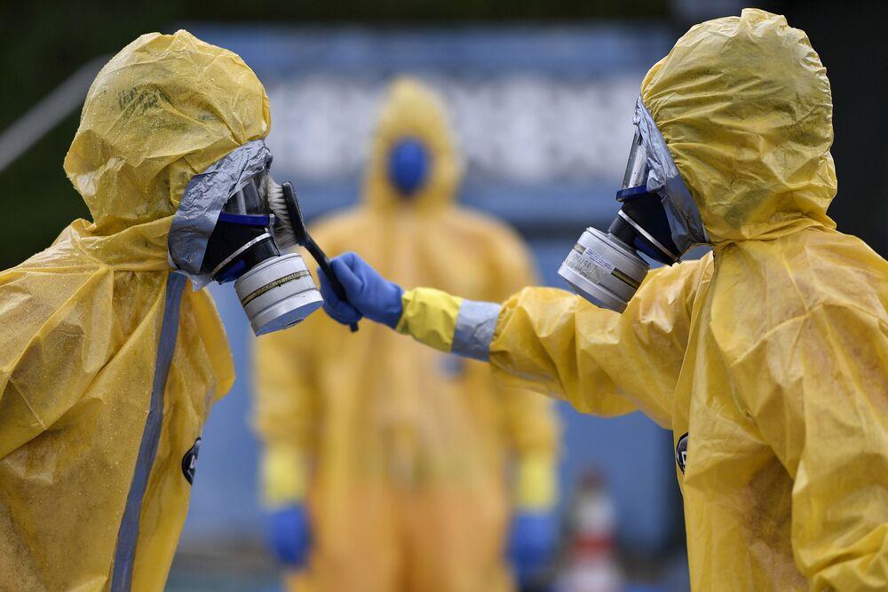 Bombeiros, usando trajes de proteção, participam de instrução como forma de contingência e segurança contra a propagação do coronavírus, em Belo Horizonte, Minas Gerais, Brasil, 20 de março de 2020