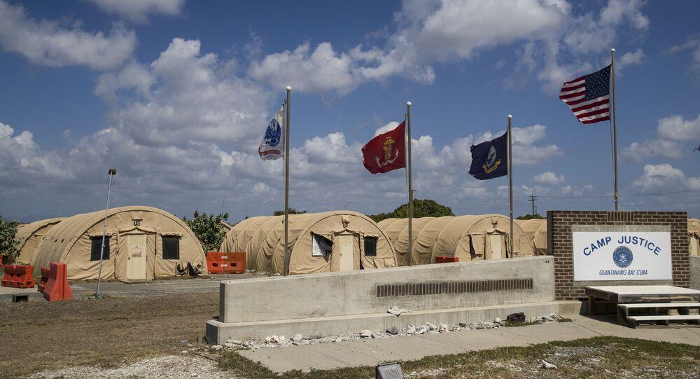 Nesta foto, revisada por funcionários militares norte-americanos, bandeiras se erguem em frente das tendas do Camp Justice, na Base Naval de Guantanamo, Cuba, 18 de abril de 2019