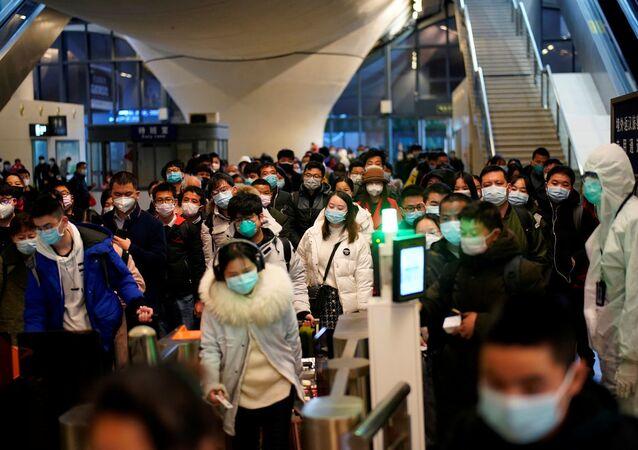 Habitantes de Wuhan entram no metrô pela primeira vez desde a instauração da quarentena