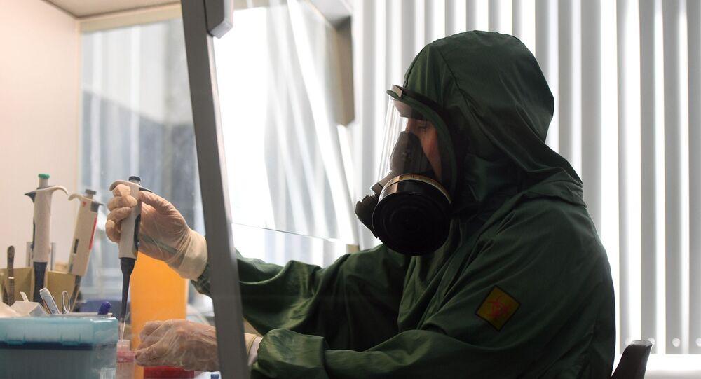Cientista em laboratório de virologia, onde é analisada nova infecção por coronavírus, na Rússia