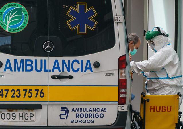 Ambulância na entrada de hospital na Espanha (imagem referencial)