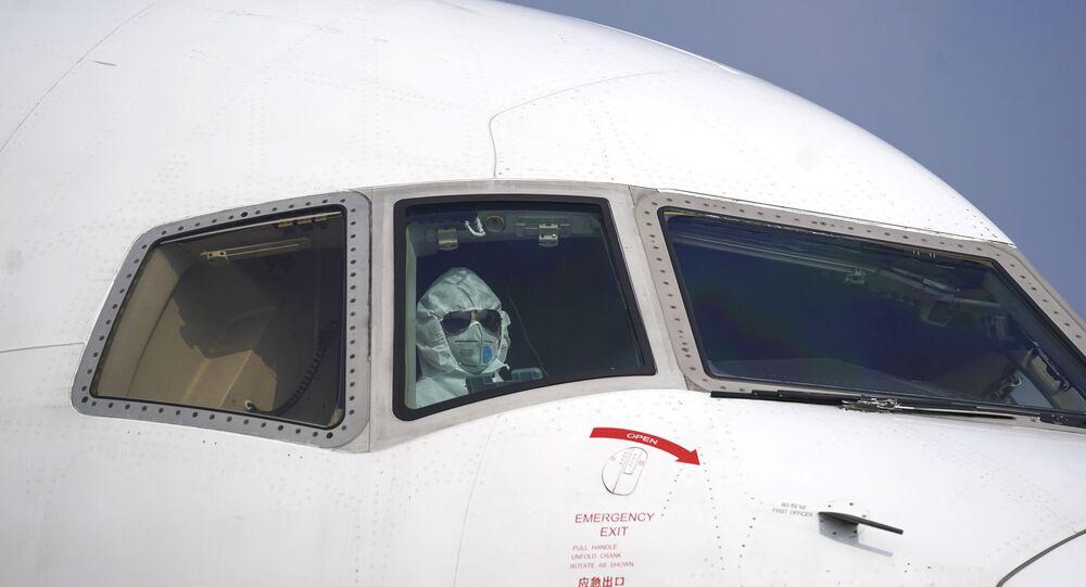 Piloto de avião usa roupa protetora em aeroporto na província de Hubei (foto de arquivo)
