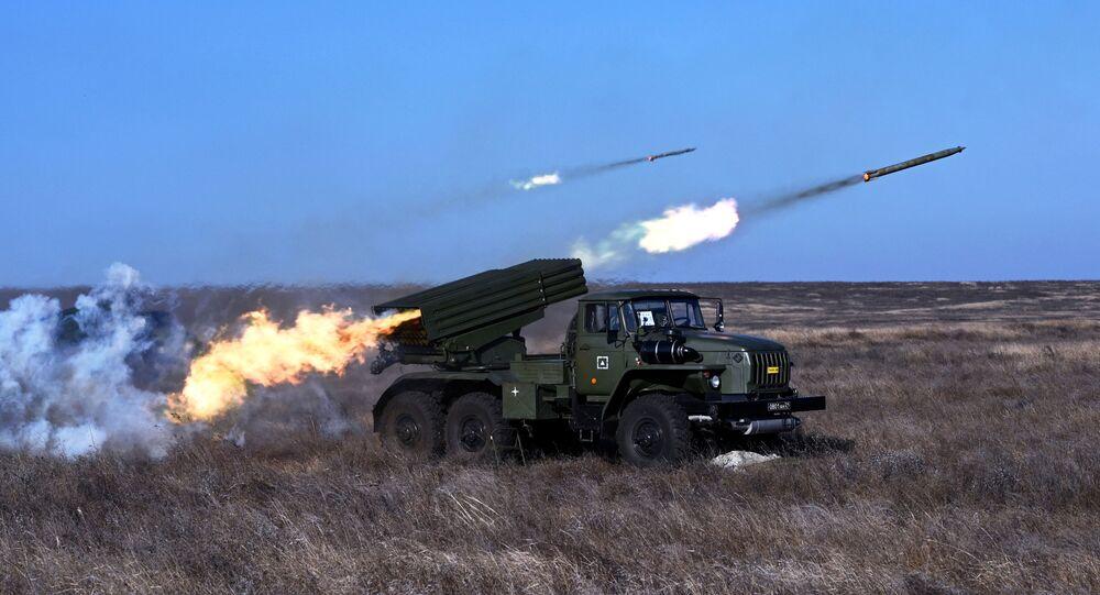 Lançador múltiplo de foguetes BM-21 em exercício na região russa de Rostov