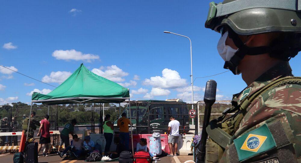 Soldado brasileiro em Foz do Iguaçu, na fronteira com a Argentina, bloqueada pelo governo de Buenos Aires, em função do novo coronavírus, 29 de março de 2020