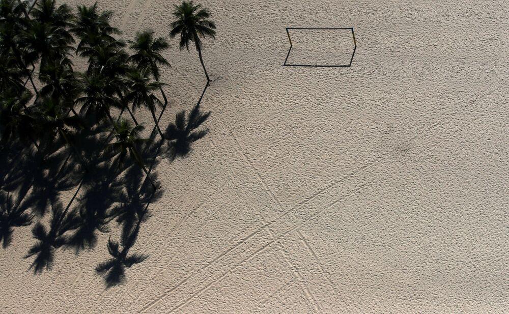 Campo de futebol de praia vazio em Copacabana, no Rio de Janeiro, 26 de março de 2020