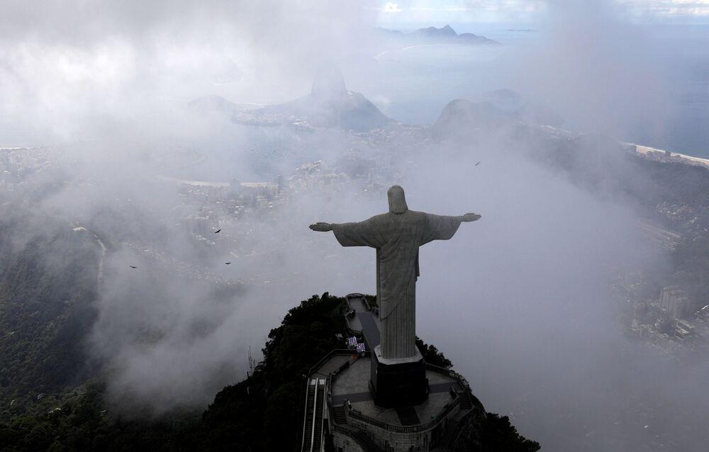 Imagem aérea do Cristo Redentor, enquanto o Rio de Janeiro luta para combater a COVID-19, 26 de março de 2020