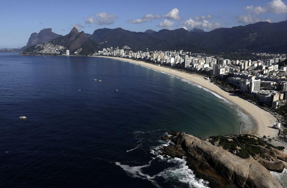 Vista aérea da praia de Ipanema vazia, no Rio de Janeiro, 26 de março de 2020