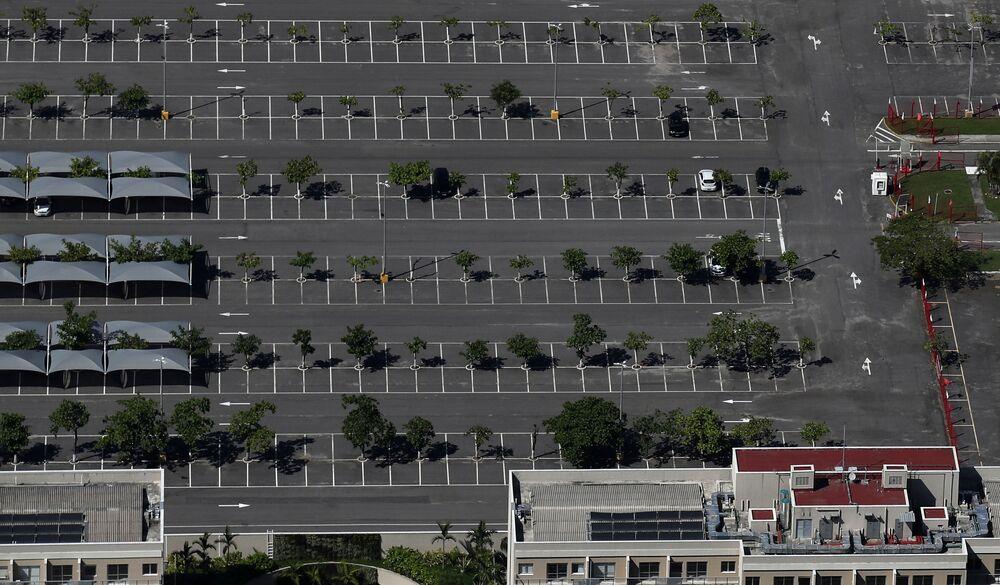 Estacionamento de shopping vazio na Barra da Tijuca, conforme moradores cumprem recomendação de ficar em casa, no Rio de Janeiro, 26 de março de 2020