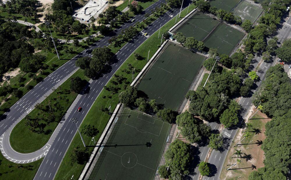 Campos de futebol vazios no Flamengo, Rio de Janeiro, 26 de março de 2020