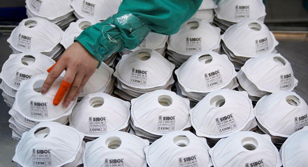 Máscaras em linha de produção na cidade de Xangai, na China, 31 de janeiro de 2020