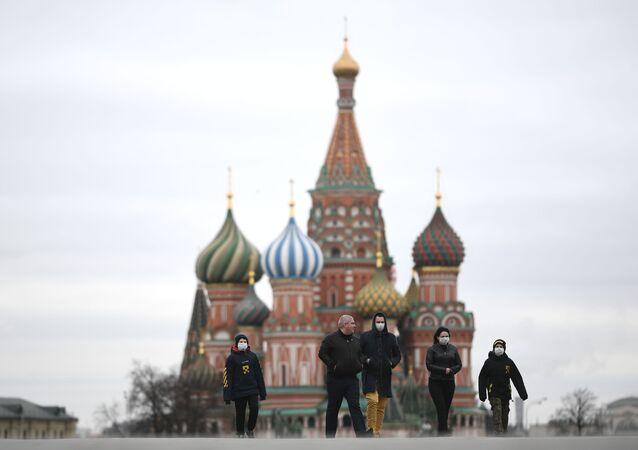 Pessoas com máscaras na Praça Vermelha, em Moscou, em meio à pandemia