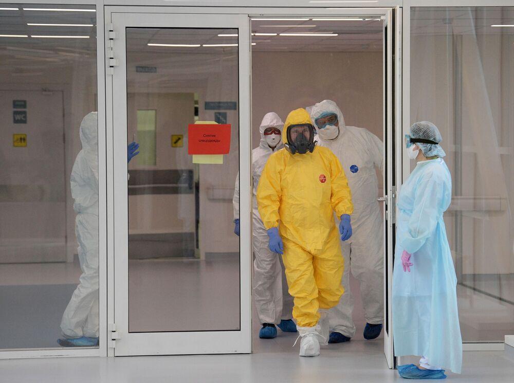 Presidente russo Vladimir Putin com traje de proteção contra coronavírus durante visita a um hospital na cidade de Kommunarka, perto de Moscou, Rússia