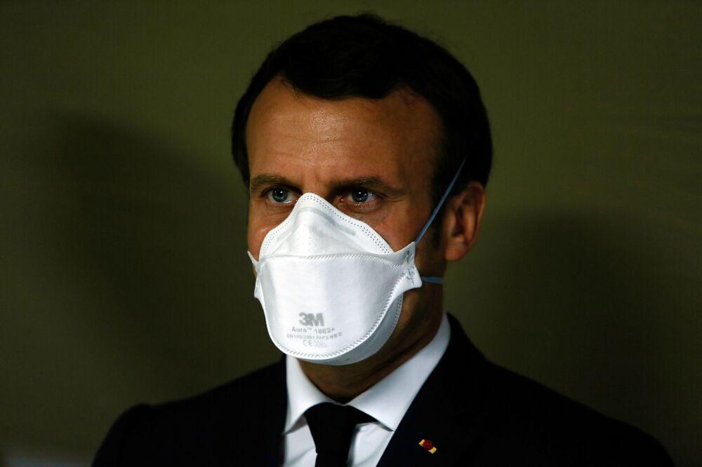 Presidente francês Emmanuel Macron usando máscara facial para se proteger contra coronavírus durante visita a hospital de campanha em Mulhouse, na França, em 25 de março de 2020