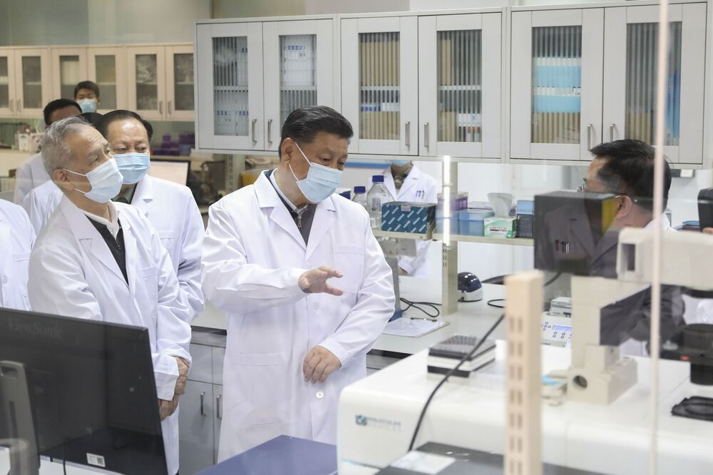 Presidente chinês Xi Jinping, usando máscara facial de proteção contra COVID-19, conversa com equipe médica durante visita à Academia de Ciências Médicas Militares em Pequim, 2 de março de 2020