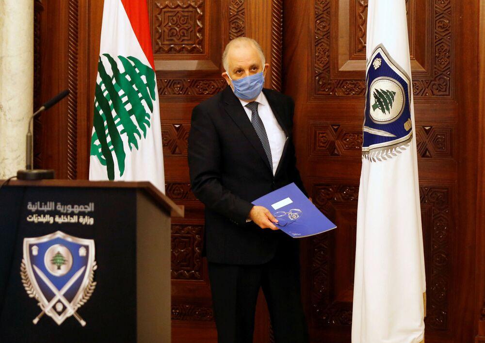 Ministro do Interior do Líbano, Mohammad Fahmi, usa máscara protetora contra coronavírus durante coletiva de imprensa em Beirute, Líbano, 22 de março de 2020