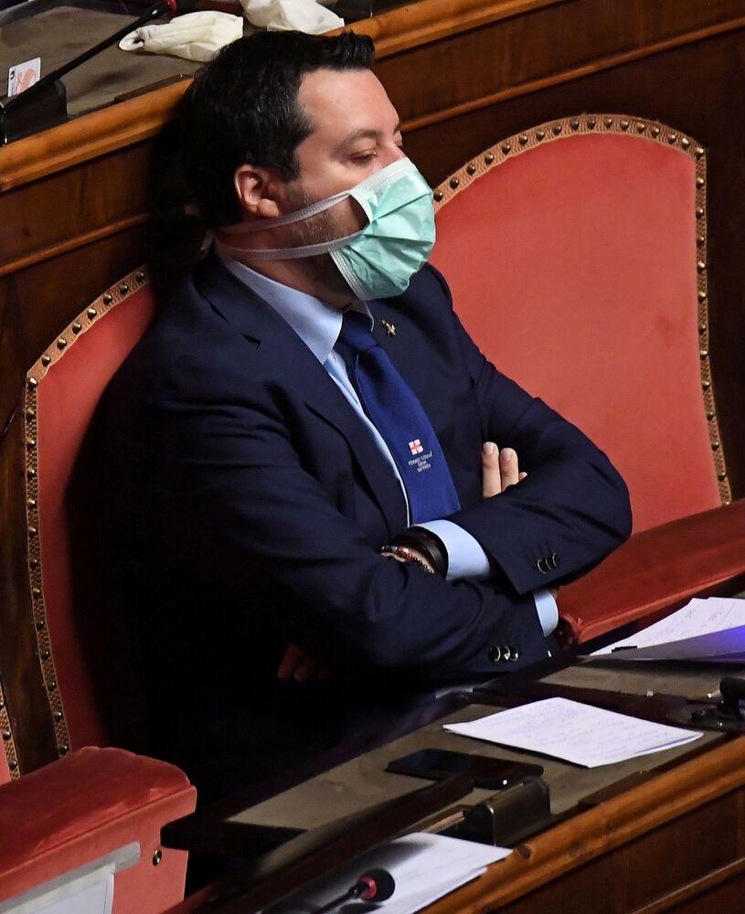 Líder do partido da extrema-direita italiana Matteo Salvini usa máscara facial protetora no Parlamento Italiano, em 26 de março de 2020