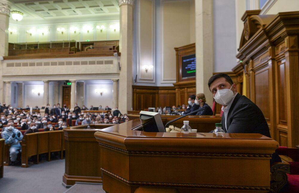 Presidente ucraniano Volodymyr Zelensky, usando uma máscara protetora como medida preventiva contra o coronavírus, participa de sessão do parlamento em Kiev, Ucrânia, em 30 de março de 2020