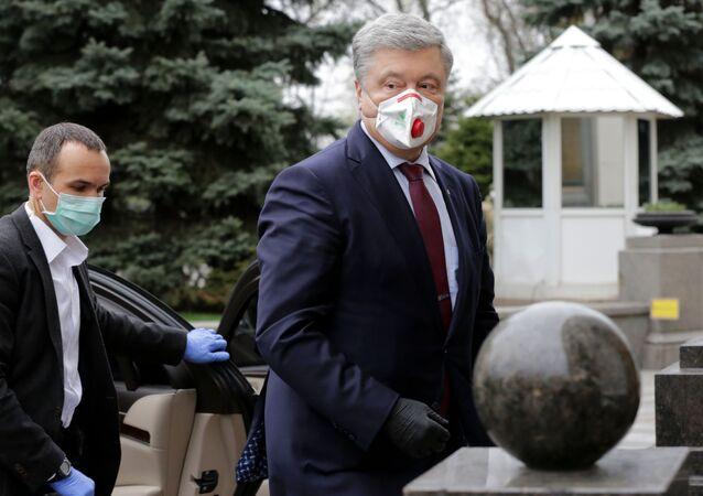 Ex-presidente ucraniano Pyotr Poroshenko se dirigindo para uma reunião extraordinária do Parlamento ucraniano em Kiev, na Ucrânia