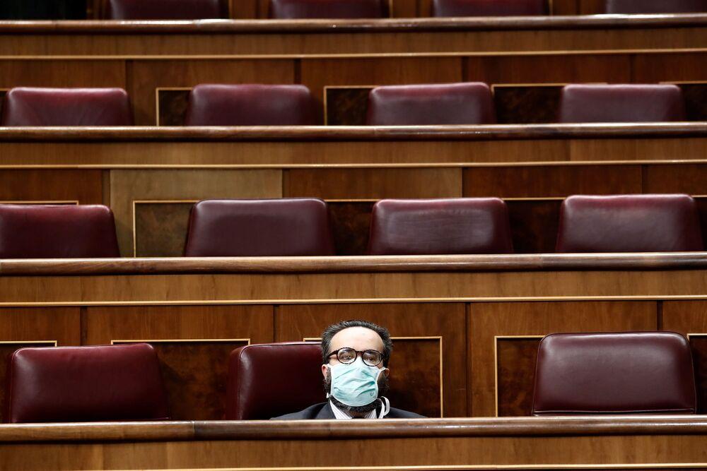 Deputado espanhol José María Sánchez García usando máscara de proteção contra coronavírus no parlamento espanhol, 18 de março de 2020