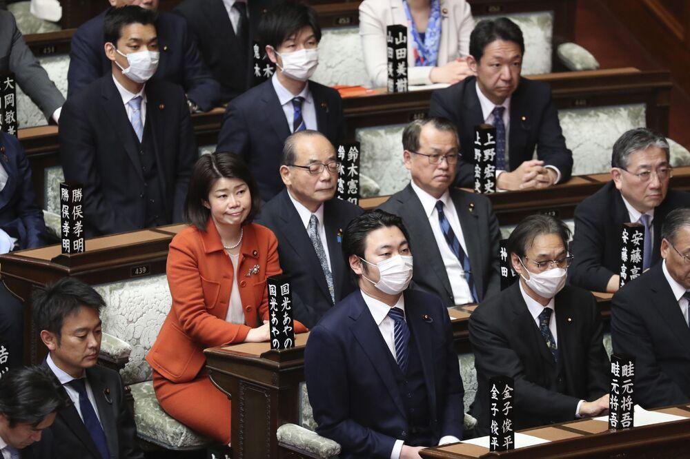 Legisladores, com máscaras faciais, assistem a uma sessão plenária em Tóquio, 12 de março de 2020