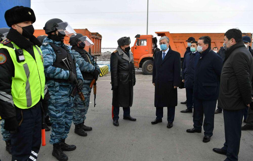 Presidente cazaque Kassym-Jomart Tokaev usando máscaras de proteção visita posto de controle criado para prevenir a propagação do coronavírus no Cazaquistão, 19 de março de 2020
